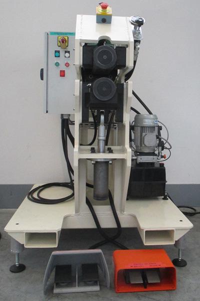 Machine de redressage par galetage